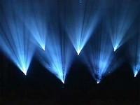 Faisceaux de projecteur de type « lyre » (ici, avec gobos)