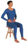 Déplacez-les des mains le long du corps entre la cage thoracique et le bassin au niveau de la région abdominale