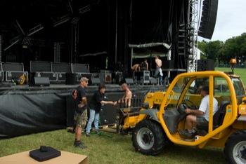 le festival a une station service pour alimenter les véhicules de levage